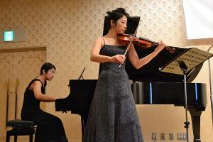 吉矢千鶴さん(ヴァイオリン)と多田安希子さん(ピアノ)による演奏