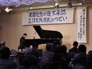 ピアノを演奏する宮崎剛さん